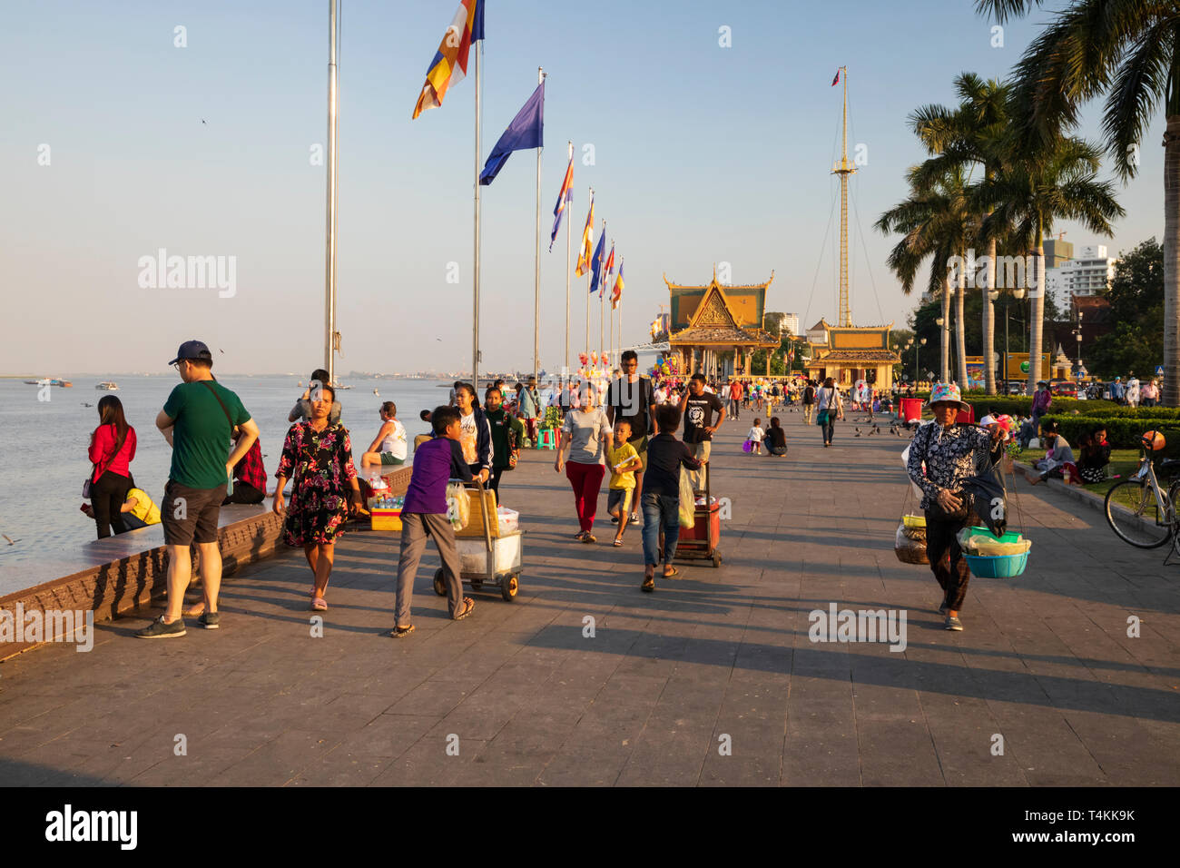 Riverside scene at sunset near the Royal Palace, Sisowath Quay, Phnom Penh, Cambodia, Southeast Asia, Asia - Stock Image