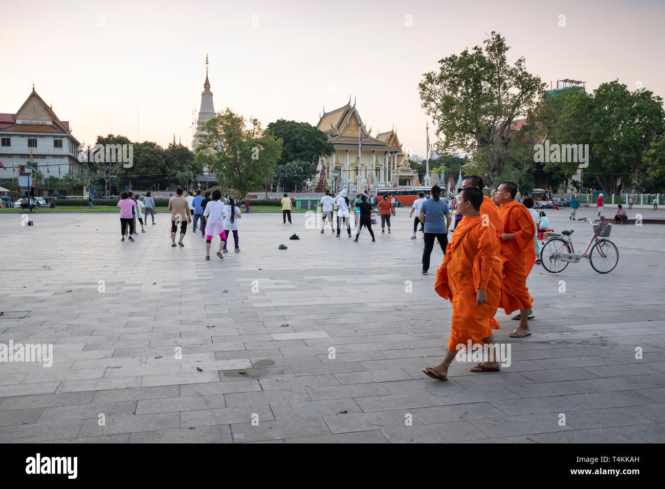 Locals doing aerobics at sunset in the Wat Botum Park, Phnom Penh, Cambodia, Southeast Asia, Asia - Stock Image