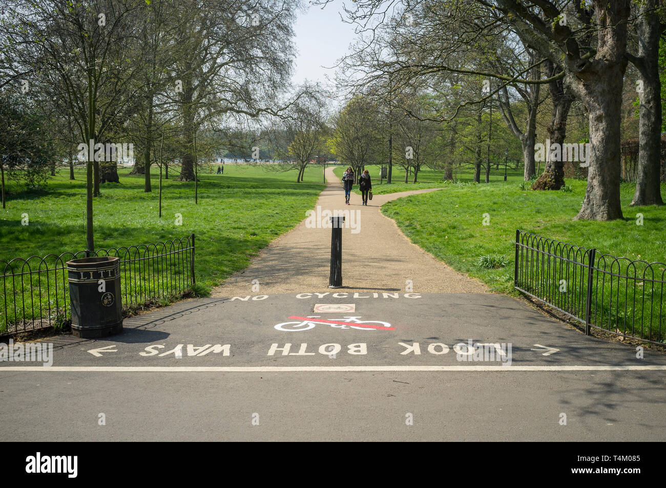 'Look both ways' 'No cycling' signs on the path in Hyde Park, London - Stock Image