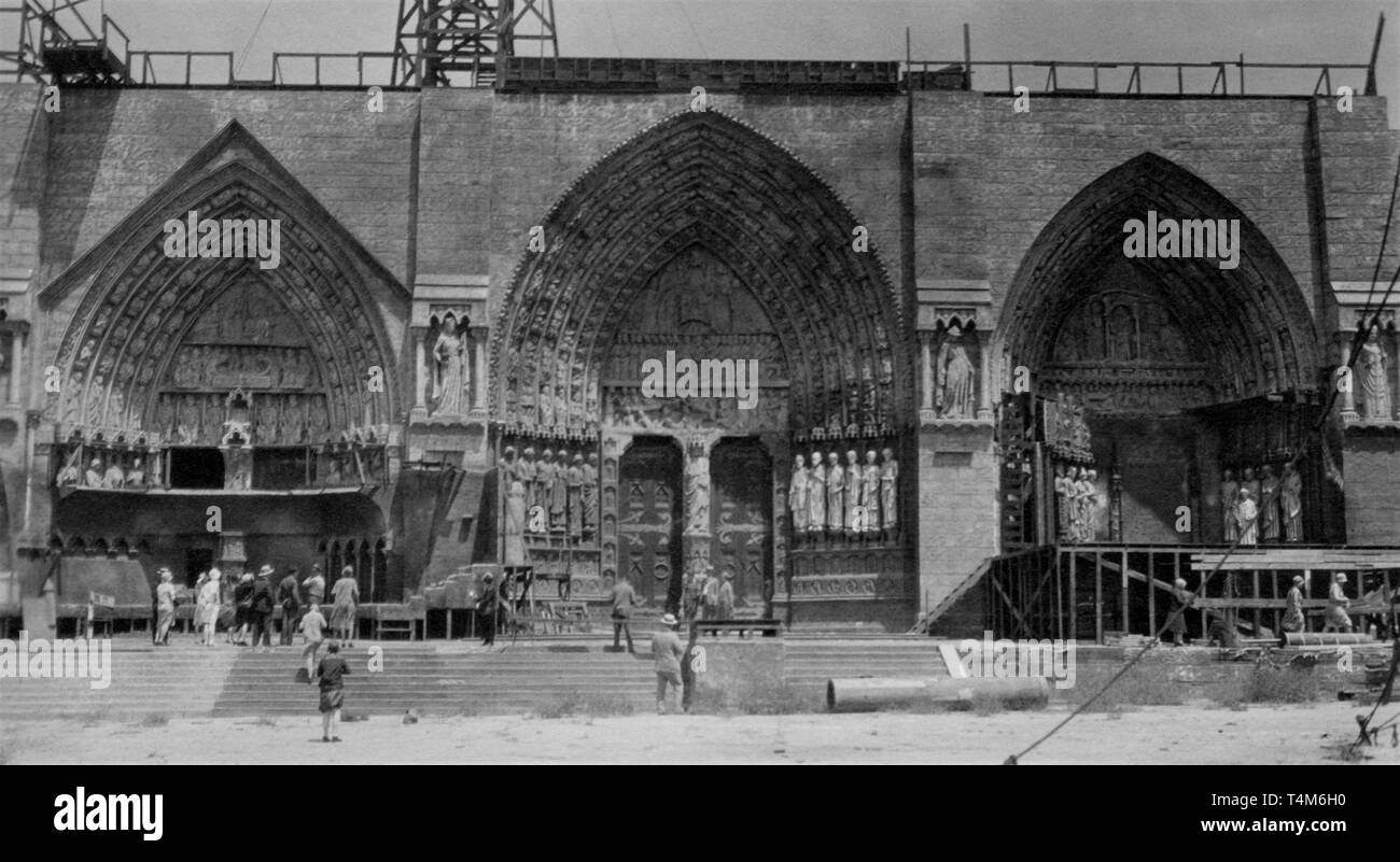 THE HUNCHBACK OF NOTRE DAME 1923 Lon Chaney Silent Movie Tourists Studio Tour visiting set of Notre Dame Cathedral Universal City 1928 - Stock Image