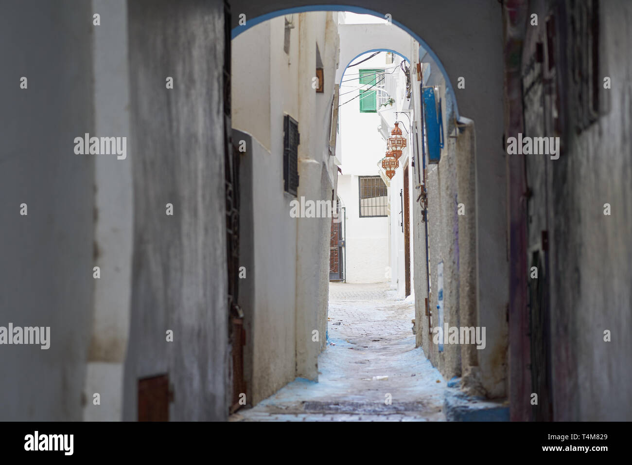 Alley leading up to the white medieval Kasbah, in the medina quarter of Tangier (Tanger), Morocco - Stock Image