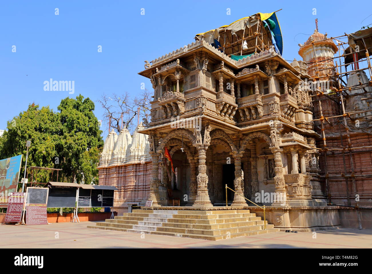 The entrance of Hutheesing Temple in Ahmedabad, Gujarat, India. - Stock Image