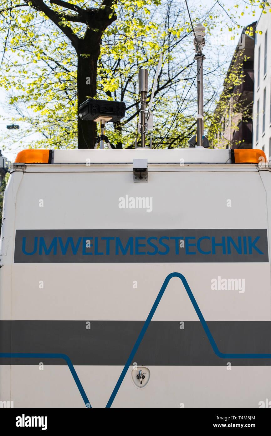 Umweltspur in Düsseldorf auf der Merowingerstrasse. Nur Busse, Taxen, E-Autos und Fahrräder dürfen die Spur benutzen. Eine mobile Messtation kontrolli Stock Photo