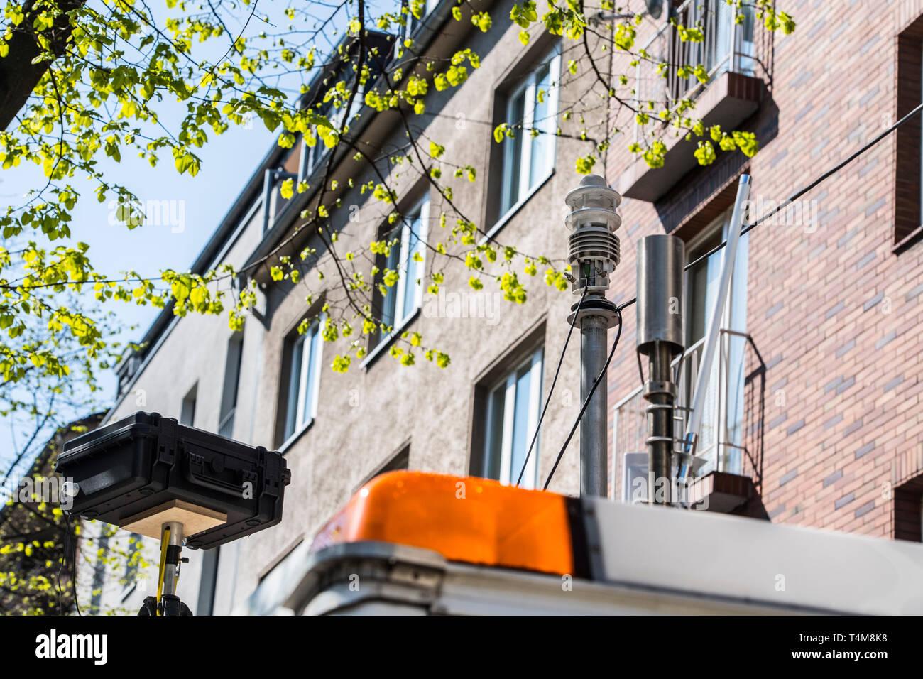 Umweltspur in Düsseldorf auf der Merowingerstrasse. Nur Busse, Taxen, E-Autos und Fahrräder dürfen die Spur benutzen. Eine mobile Messtation kontrolli - Stock Image