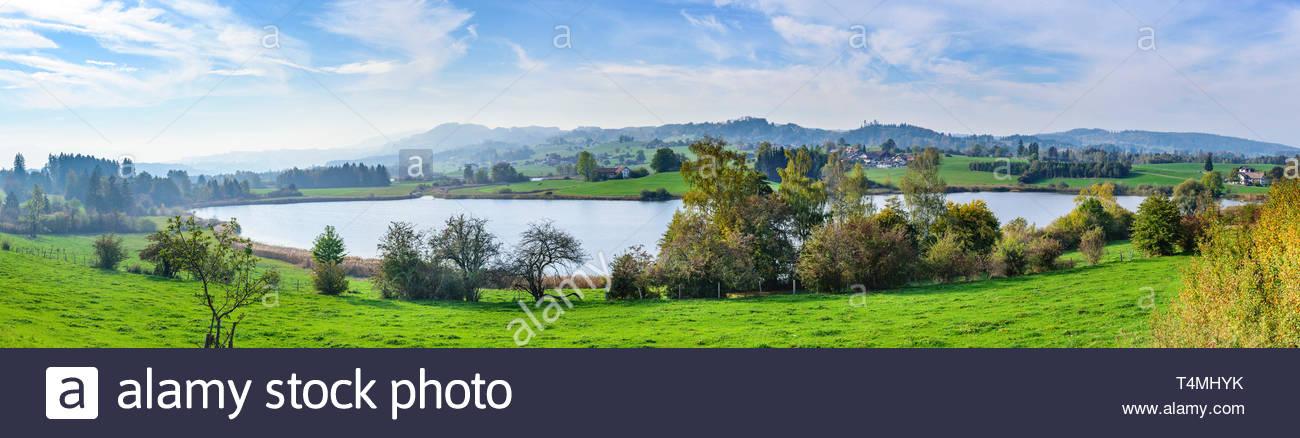 Dunstiger Nachmittag im Spätherbst im Illertal im Oberallgäu rund um den Niedersonthofener See. - Stock Image