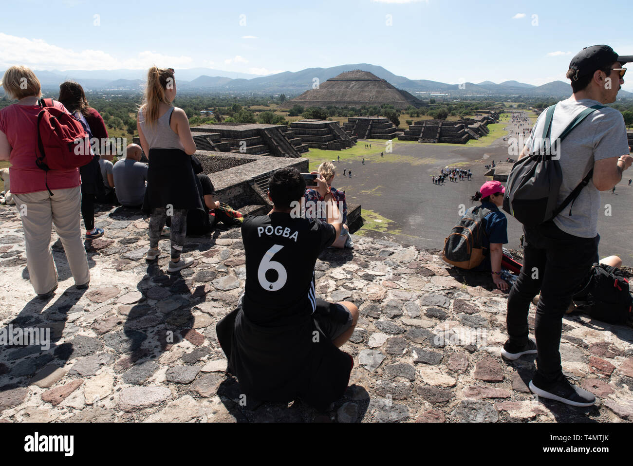 Touristen gehen auf der Mondpyramide in Teotihuacan. / Tourists going up and down the pyramid of the moon at Teotihuacan, a UNESCO site since 1987. - Stock Image