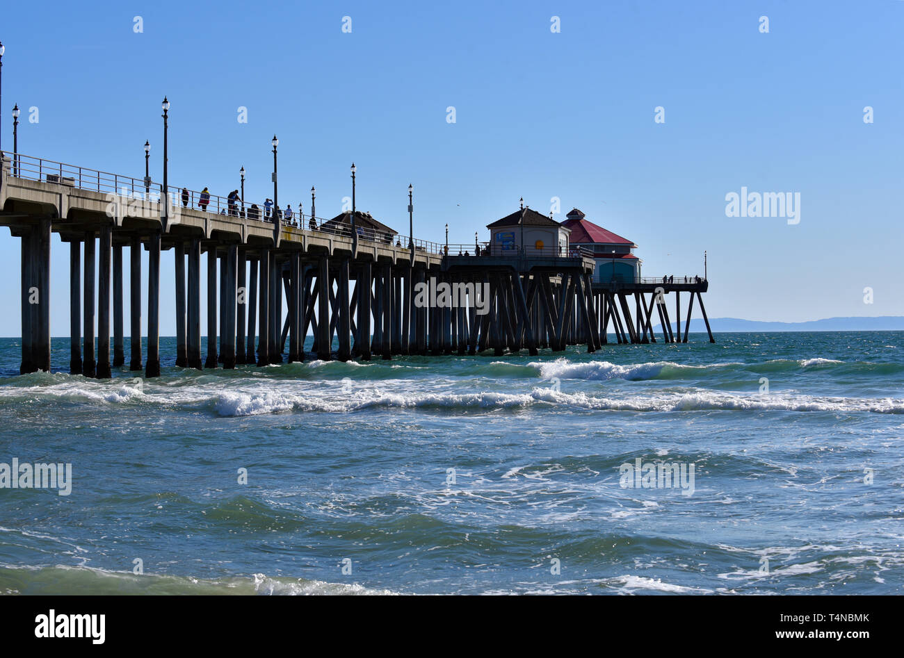 Tourists enjoying the pier at Huntington Beach in the summer.  Exclusive. - Stock Image