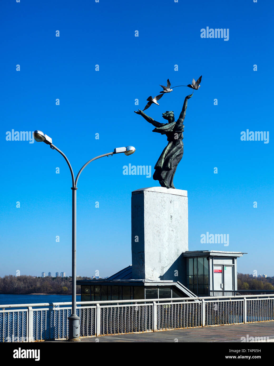 Staircase pavillon with statue of girl releasing pigeons at Dnipro metro station, Kiev, Ukraine (statues by Katsyubynsky, Kuntsevych, Horovy and Karlo - Stock Image