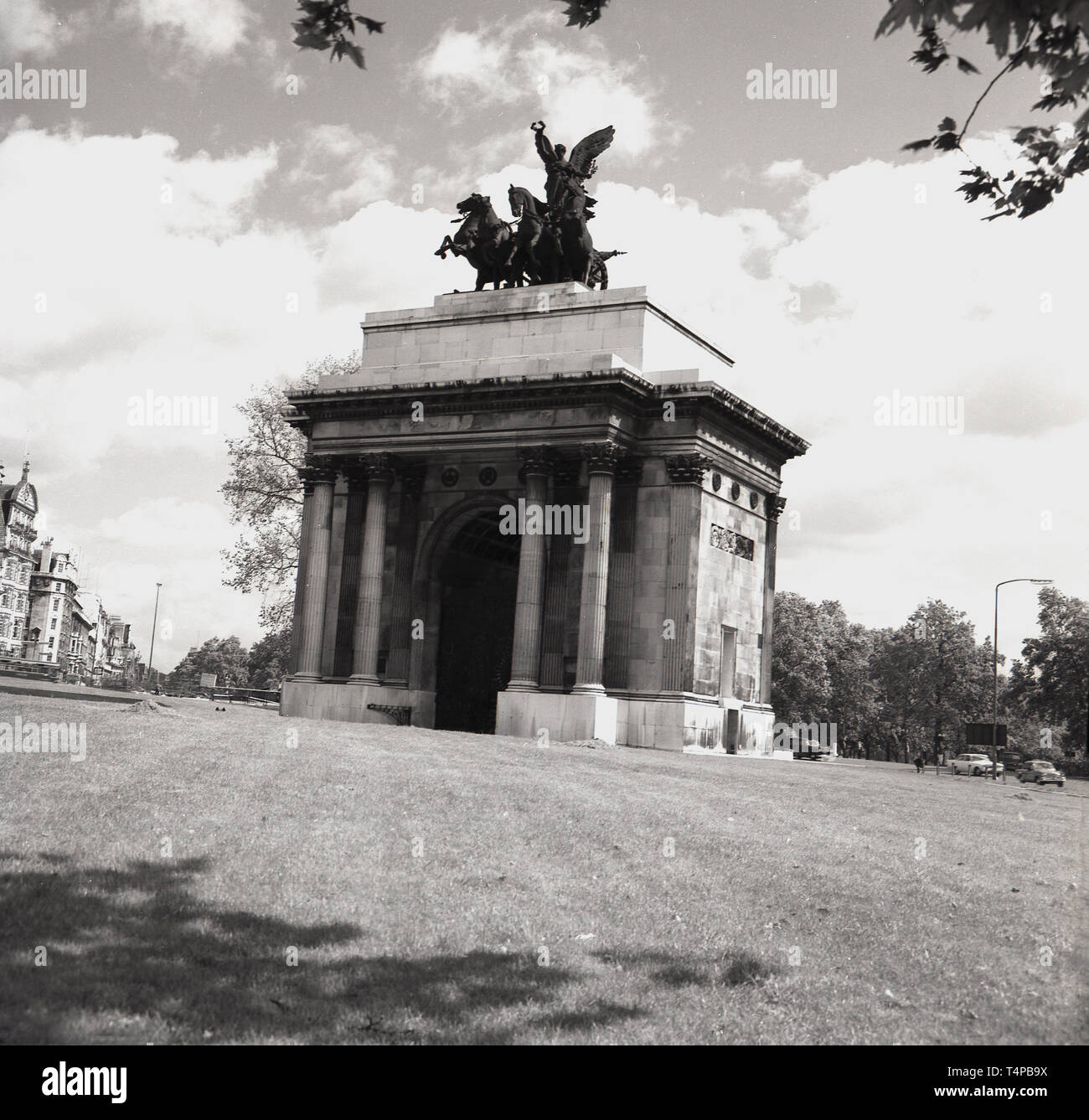 1960s, historical, View Wellington Arch, Hyde Park Corner, London, from this era. A bronze quadriga ( ancient four-horse chariot) has surmounted it since 1912. Up until 1992, it housed the smallest poice station in London. - Stock Image