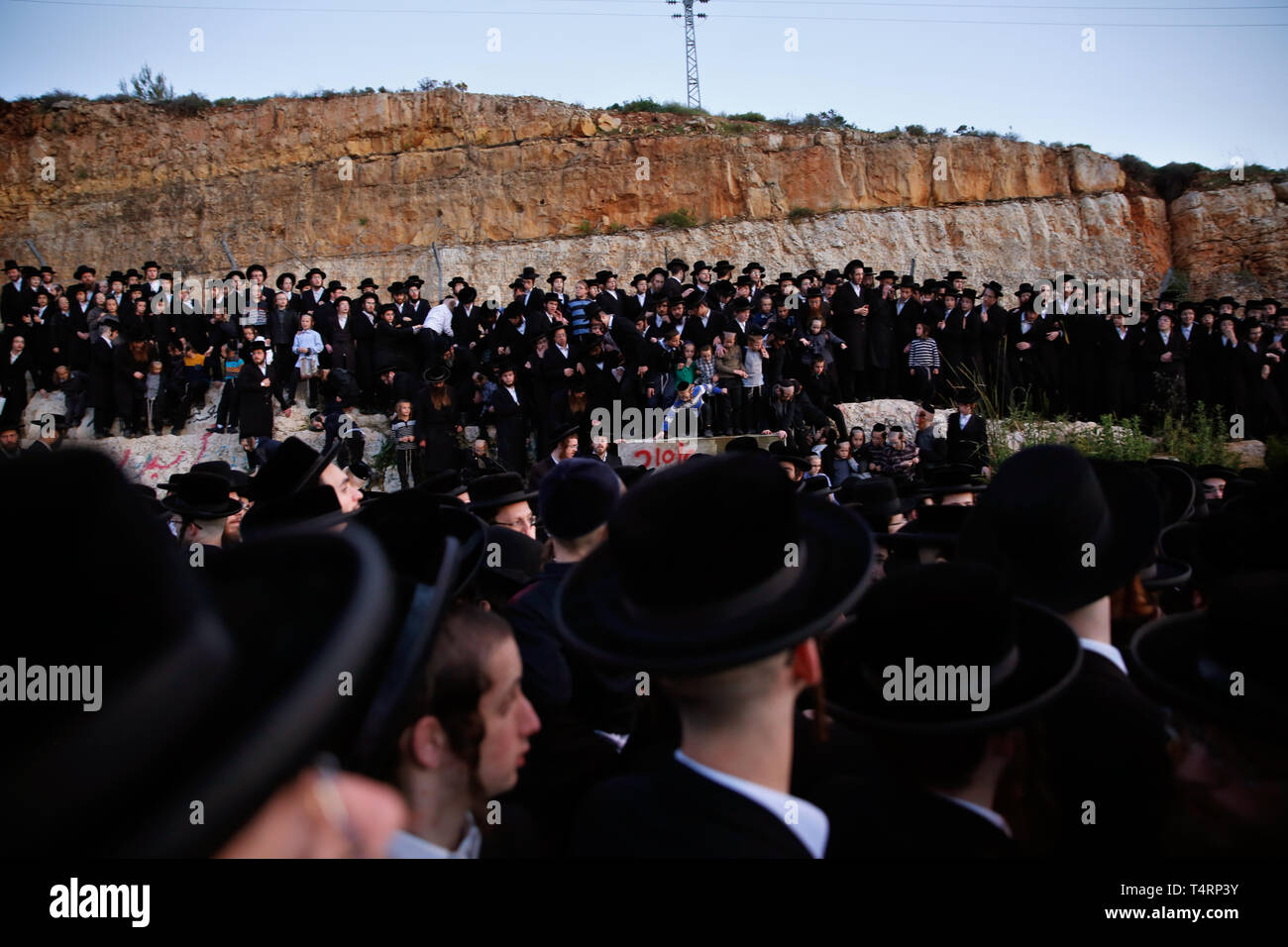 (190419) -- JERUSALEM, April 19, 2019 (Xinhua) -- Ultra-Orthodox Jews stand near a spring as they take part in the ritual of Mayim Shelanu (water that has slept ) for the upcoming Jewish holiday of Passover in the Jerusalem hills, on April 18, 2019. (Xinhua/Gil Cohen Magen) - Stock Image