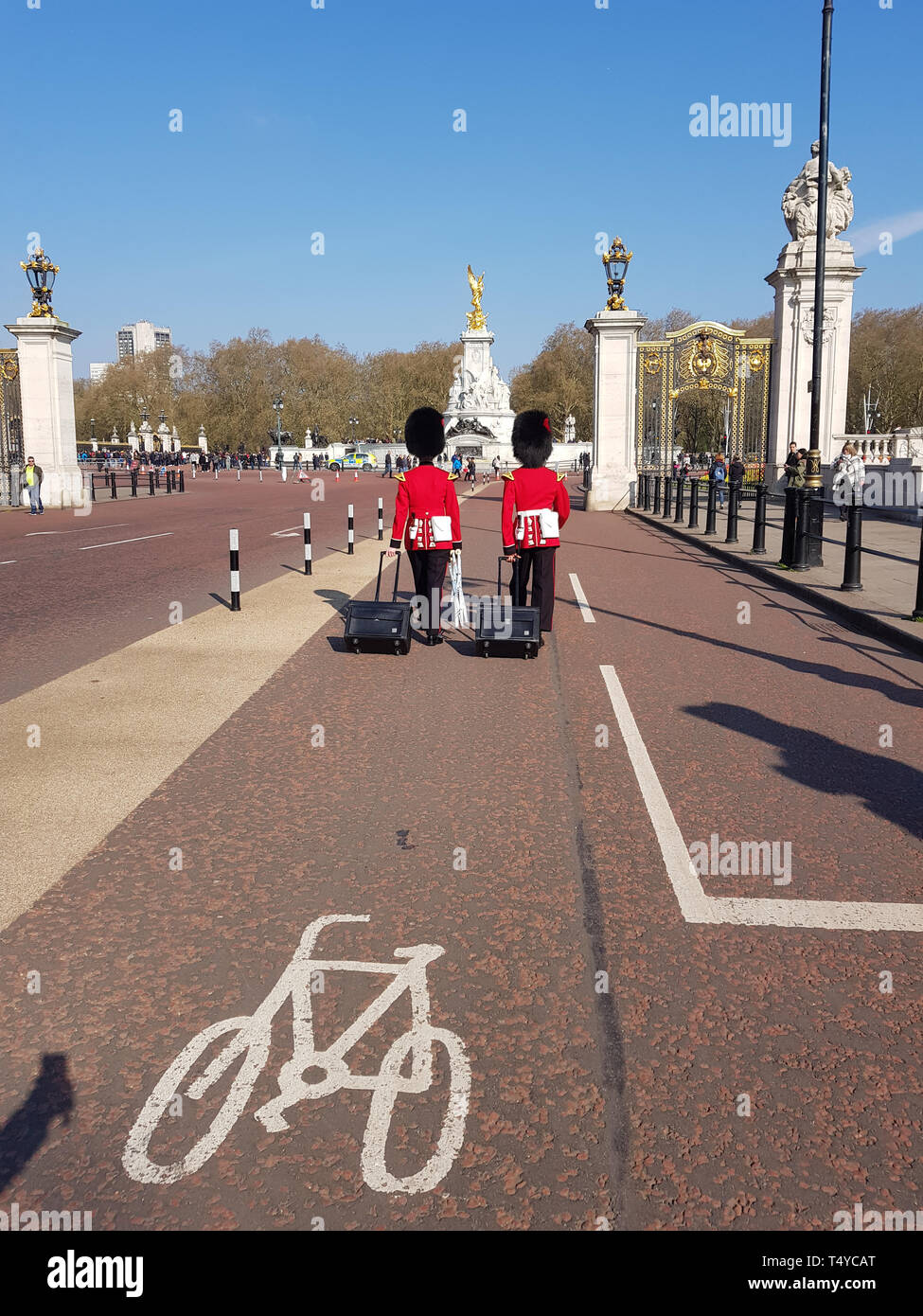 London, United Kingdom, April 14th, 2019. Two men of The Queen's Guard coming to buckingham palace with their luggage Stock Photo