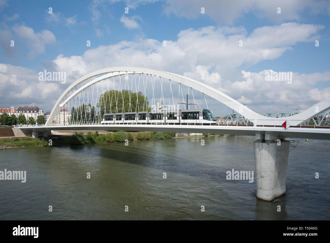Die Beatus-Rhenanus-Brücke bzw. Trambrücke Kehl ist eine Brücke für Straßenbahnen, Fußgänger und Radfahrer, die zwischen Kehl und Straßburg den Rhein  Stock Photo