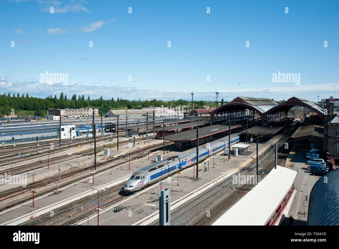 Der Bau des heutigen Bahnhofs geht auf die Bautätigkeit des Deutschen Kaiserreiches zurück. Der Bahnhof wurde auf dem Gelände der Straßburger Vauban-B Stock Photo