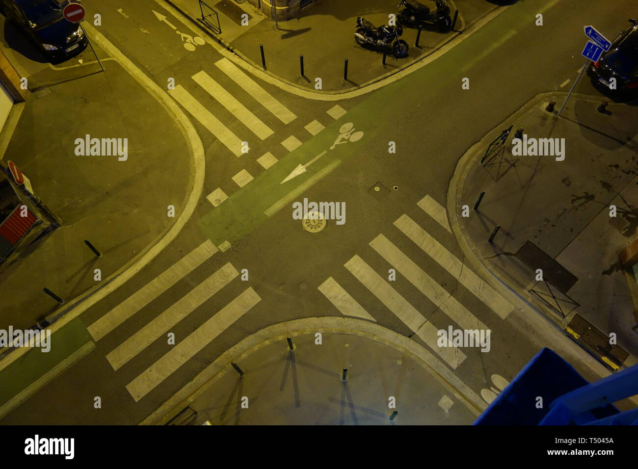 Toulouse, Straßenkreuzung mit Radstreifen - Stock Image