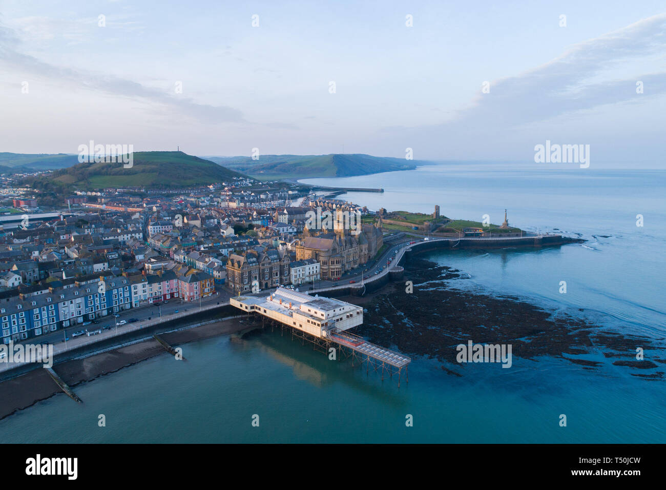 Aberystwyth Wales UK, Easter Saturday, 20 April 2019. UK Weather: Daybreak over the seaside and university town of Aberystwyth on the west wales coast, at the start of Easter Saturday 2019. The weather is again set to be hot and sunny, with temperatures in the low 20's Celsius (low 70's Fahrenheit). Credit: keith morris/Alamy Live News - Stock Image