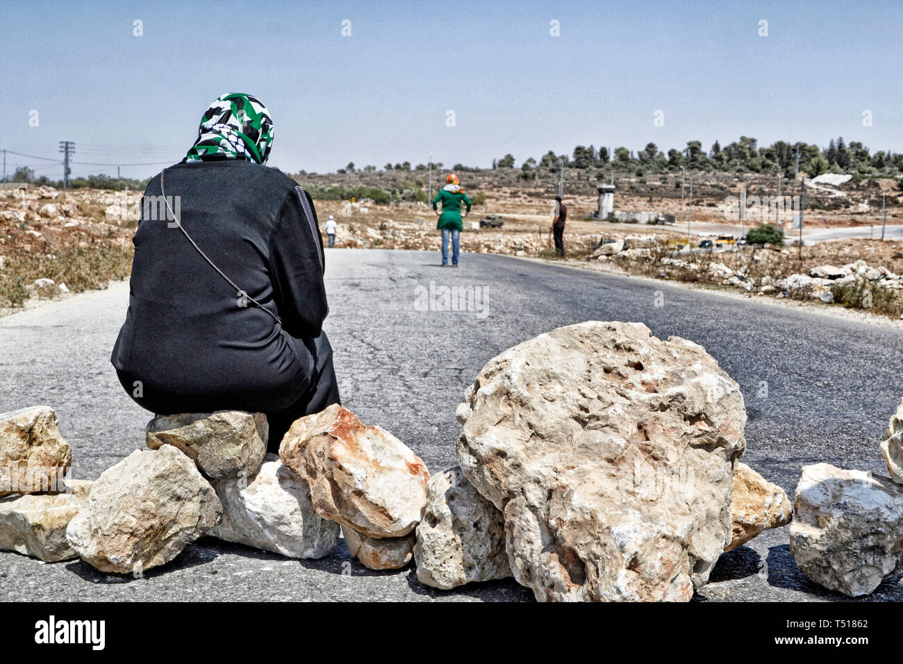 Palestinian woman protesting against the closure of a road by Israeli troops in the West Bank - Stock Image