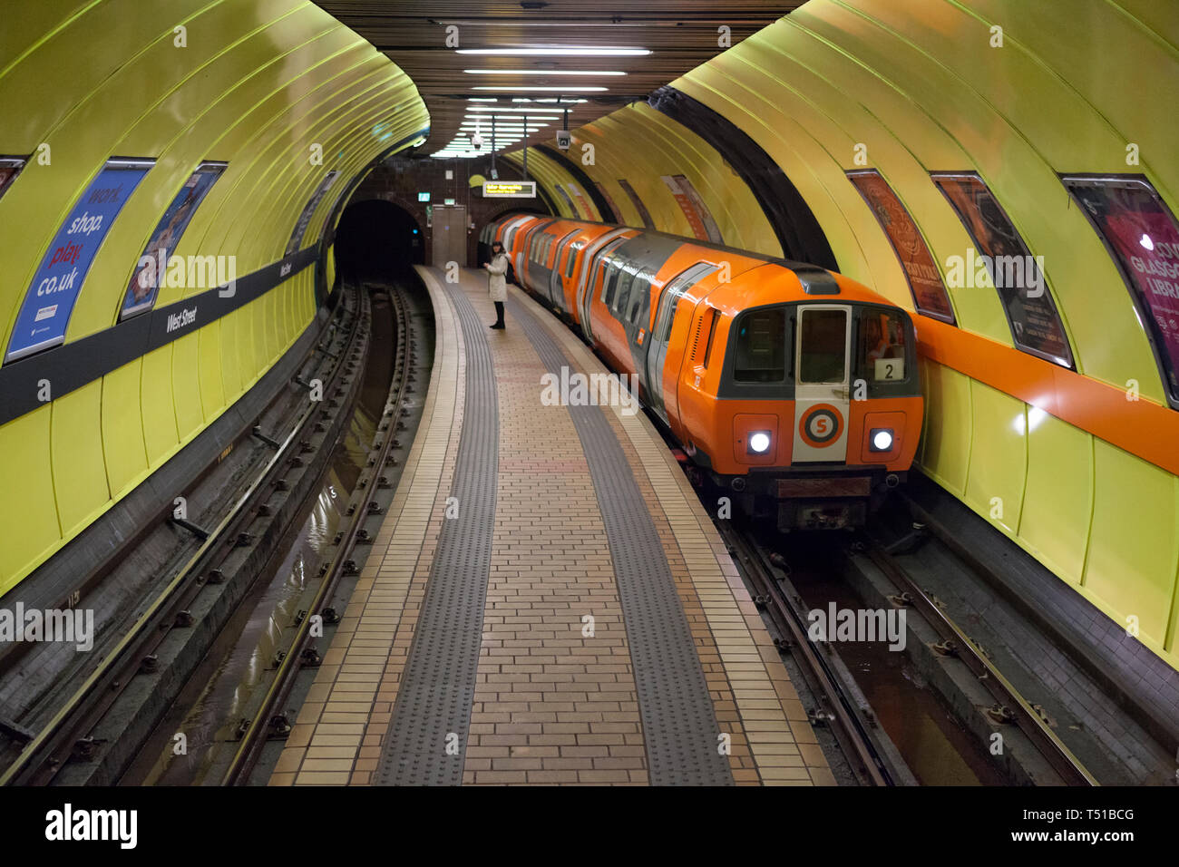 A outer circle train arrives at West Street subway station on the SPT Glasgow subway - Stock Image