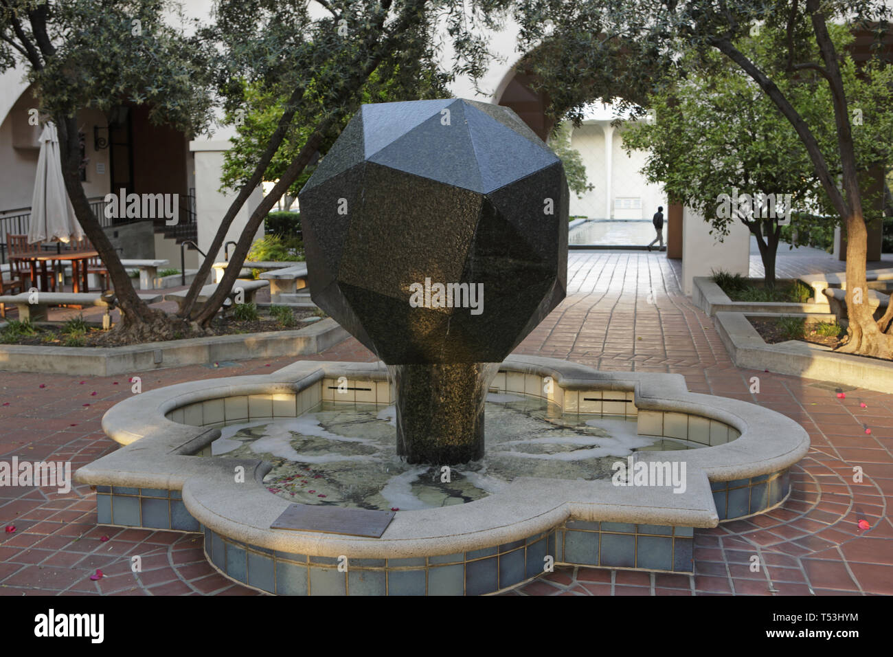 Caltech campus series, Beckman Institute and Polyhedron Sculpture fountain - Stock Image