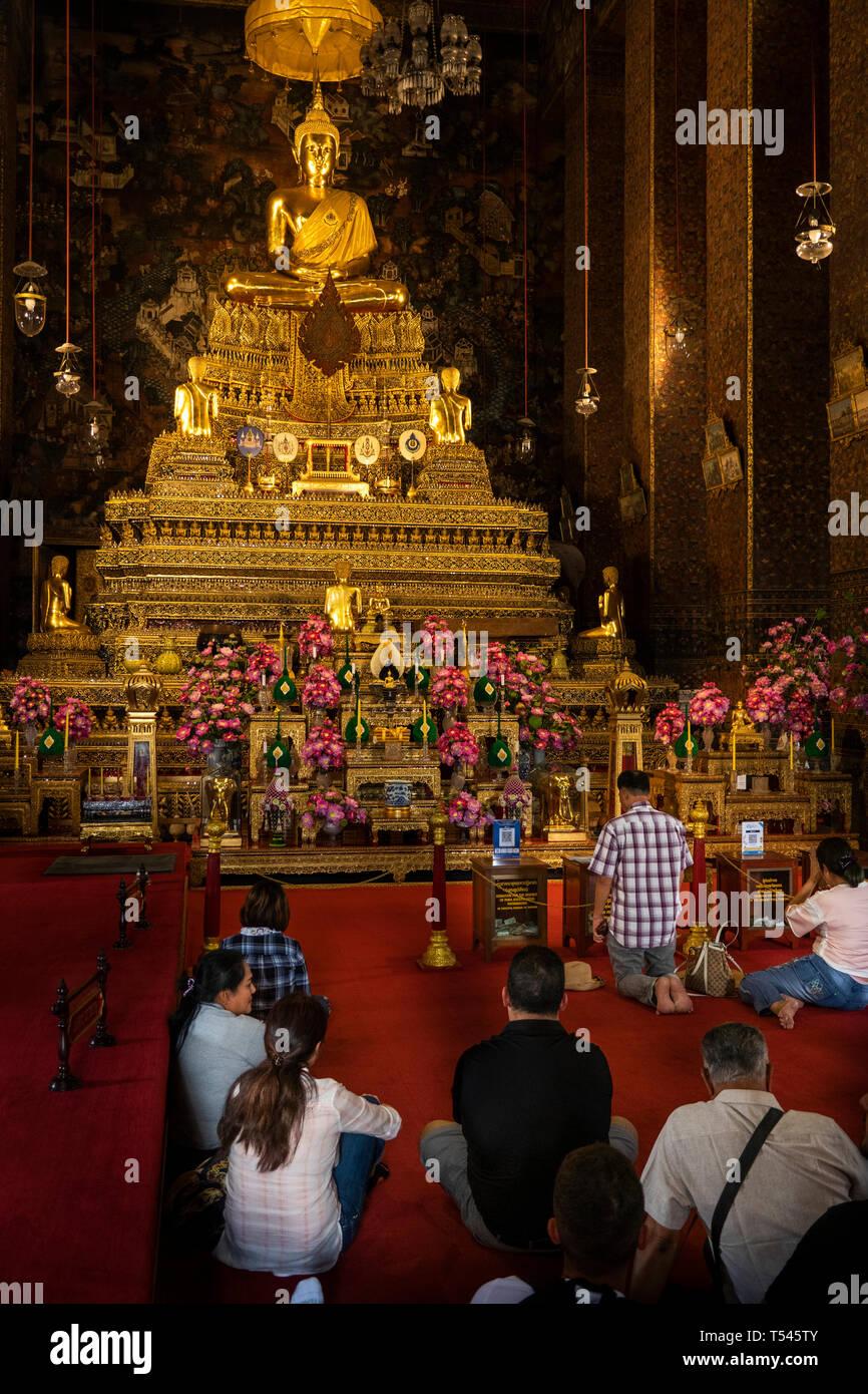 Thailand, Bangkok, Wat Pho, Phra Ubosot, worshippers praying in the ordination hall - Stock Image