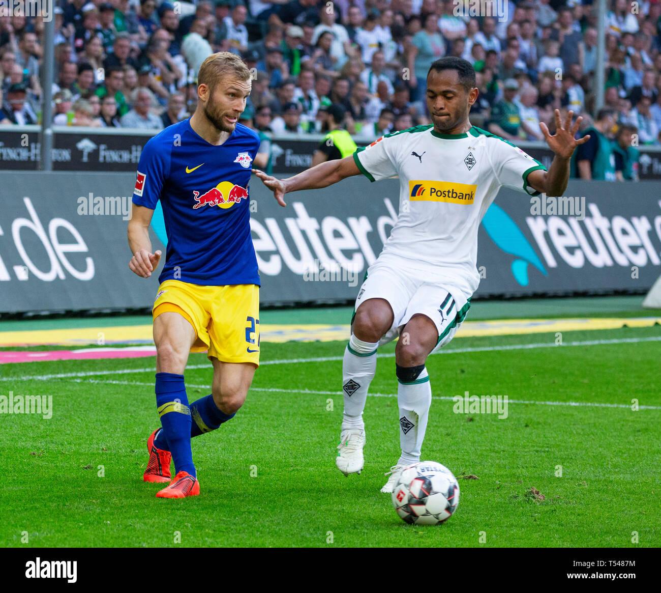 sports, football, Bundesliga, 2018/2019, Borussia Moenchengladbach vs RB Leipzig 1-2, Stadium Borussia Park, scene of the match, Konrad Laimer (RBL) left and Raffael (MG), DFL REGULATIONS PROHIBIT ANY USE OF PHOTOGRAPHS AS IMAGE SEQUENCES AND/OR QUASI-VIDEO - Stock Image