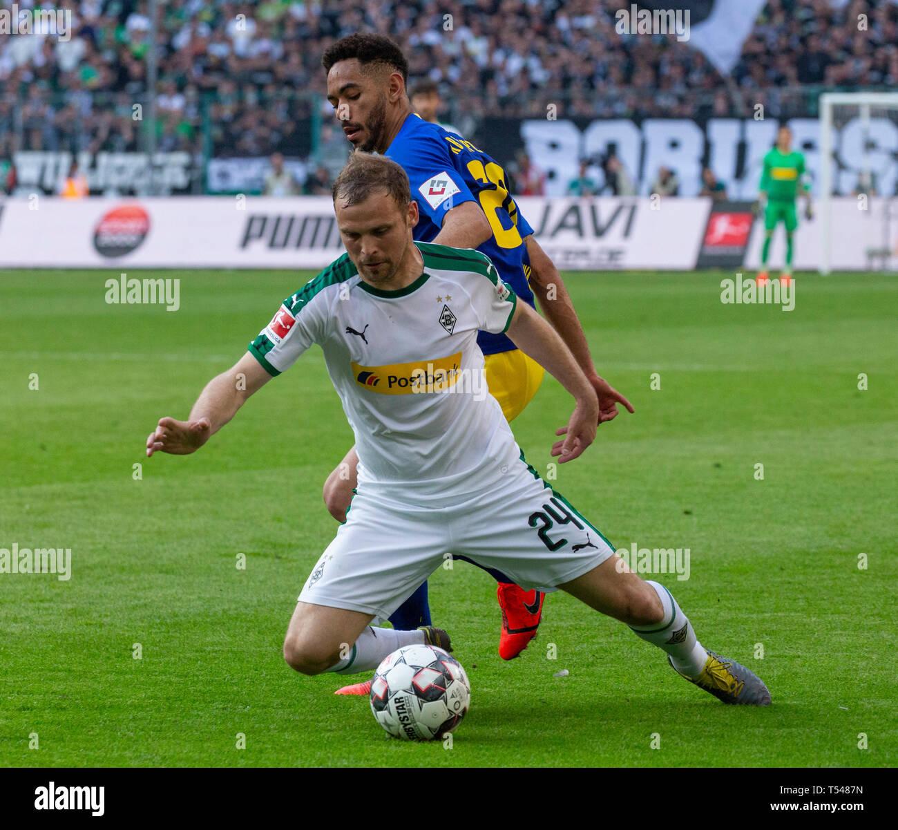 sports, football, Bundesliga, 2018/2019, Borussia Moenchengladbach vs RB Leipzig 1-2, Stadium Borussia Park, scene of the match, Tony Jantschke (MG) ahead, behind Matheus Cunha (RBL), DFL REGULATIONS PROHIBIT ANY USE OF PHOTOGRAPHS AS IMAGE SEQUENCES AND/OR QUASI-VIDEO - Stock Image