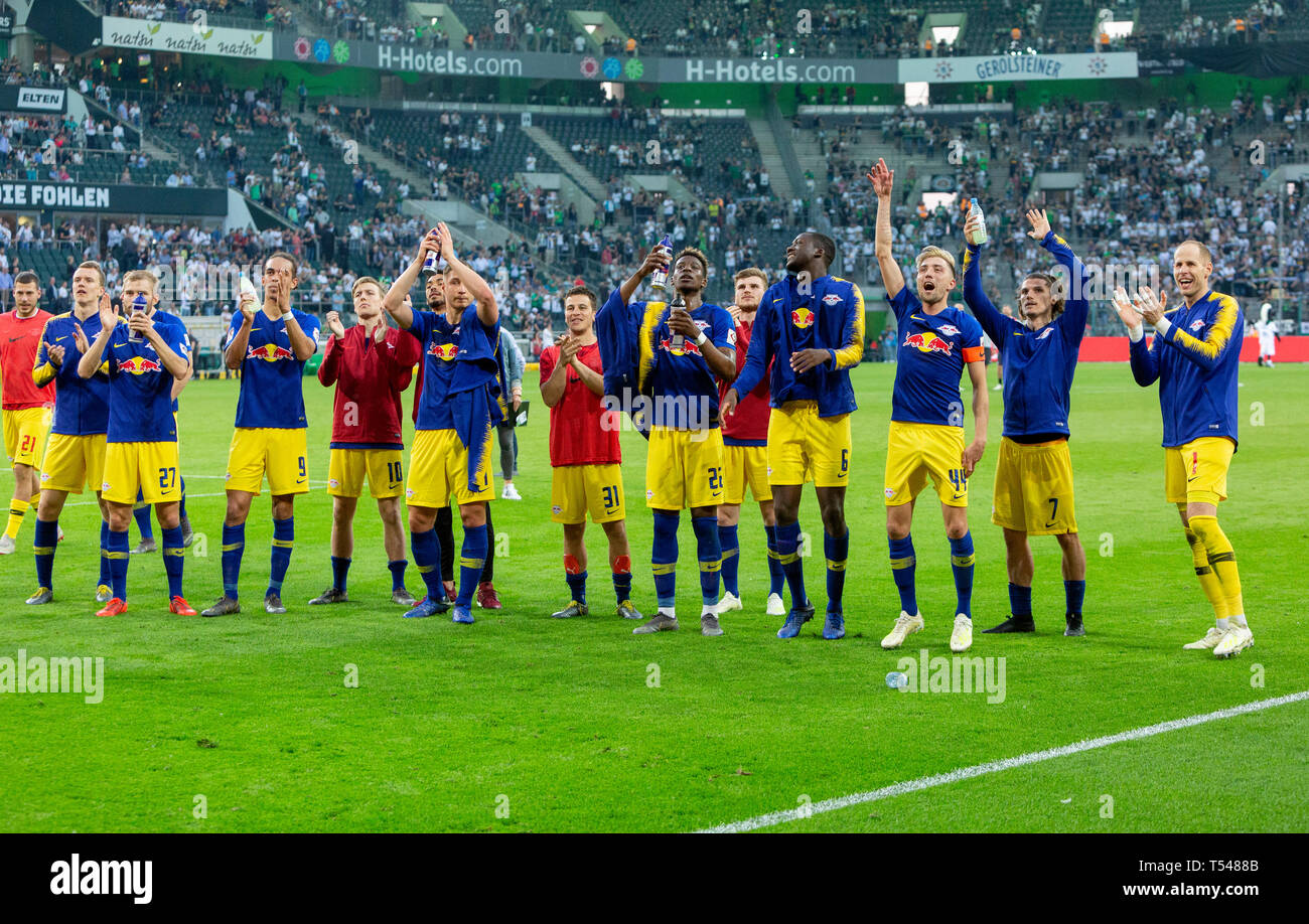 sports, football, Bundesliga, 2018/2019, Borussia Moenchengladbach vs RB Leipzig 1-2, Stadium Borussia Park, after the match the Leipzig players celebrate the win with their fans, DFL REGULATIONS PROHIBIT ANY USE OF PHOTOGRAPHS AS IMAGE SEQUENCES AND/OR QUASI-VIDEO - Stock Image