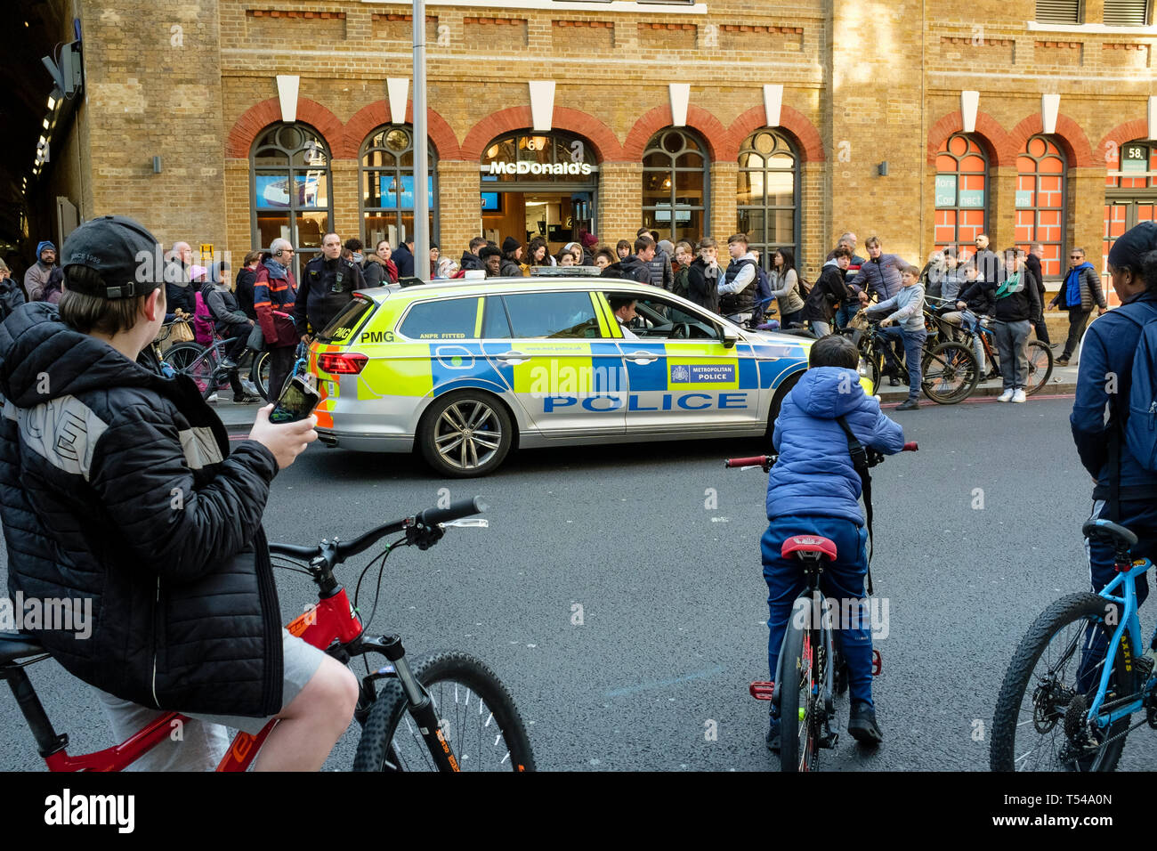 Metropolitan police officers attend incident with large number of youths, London, UK. - Stock Image
