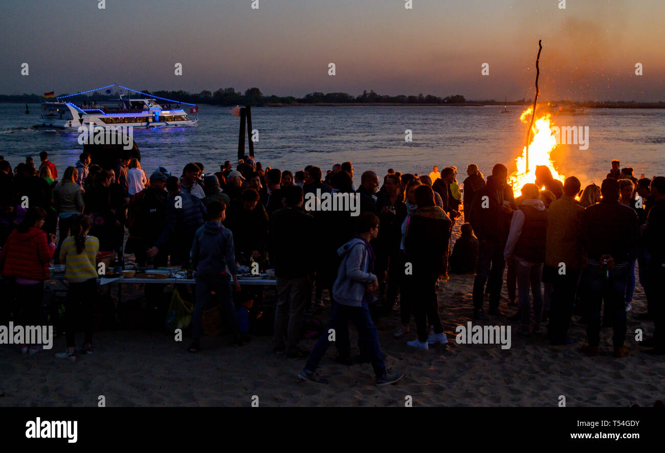 Easter Sunday Horizon Is Burning >> Hamburg Germany 20th Apr 2019 Easter Excursionists Surround A