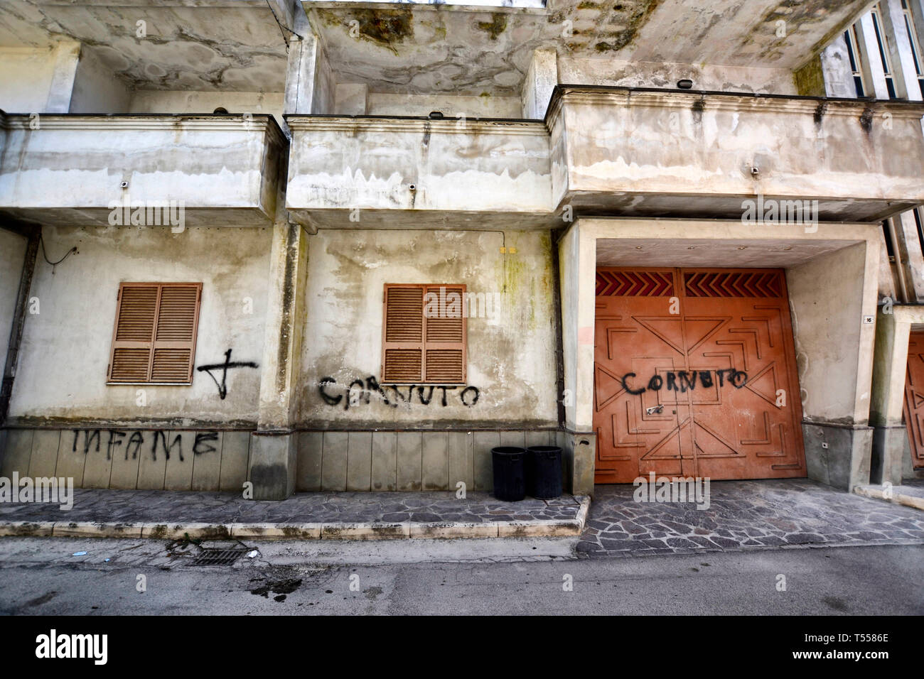 Death threats outside of the house of former member of camorra and now justice collaborator - written says: infamous. Casal di Principe, Caserta - Stock Image