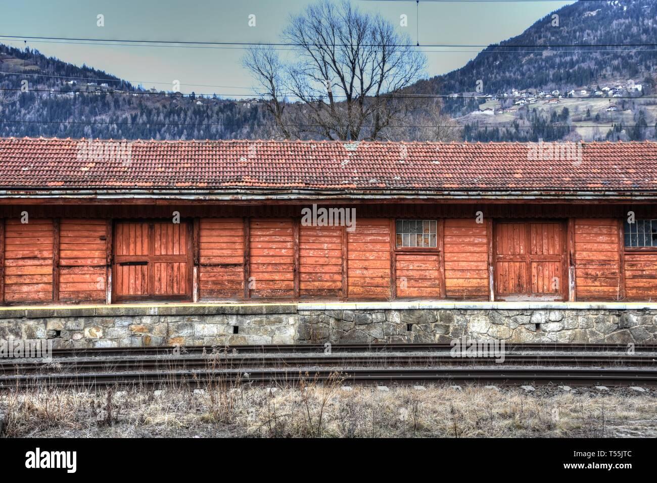 Tirol, Scheune, Schuppen, Lager, Halle, Tür, Tor, Bahnhof, Fenster, Dach, Schindeln, Dachschindeln, Baum, Winter, kahl, Damm, Bahndamm, Bahnhof, Holz, - Stock Image