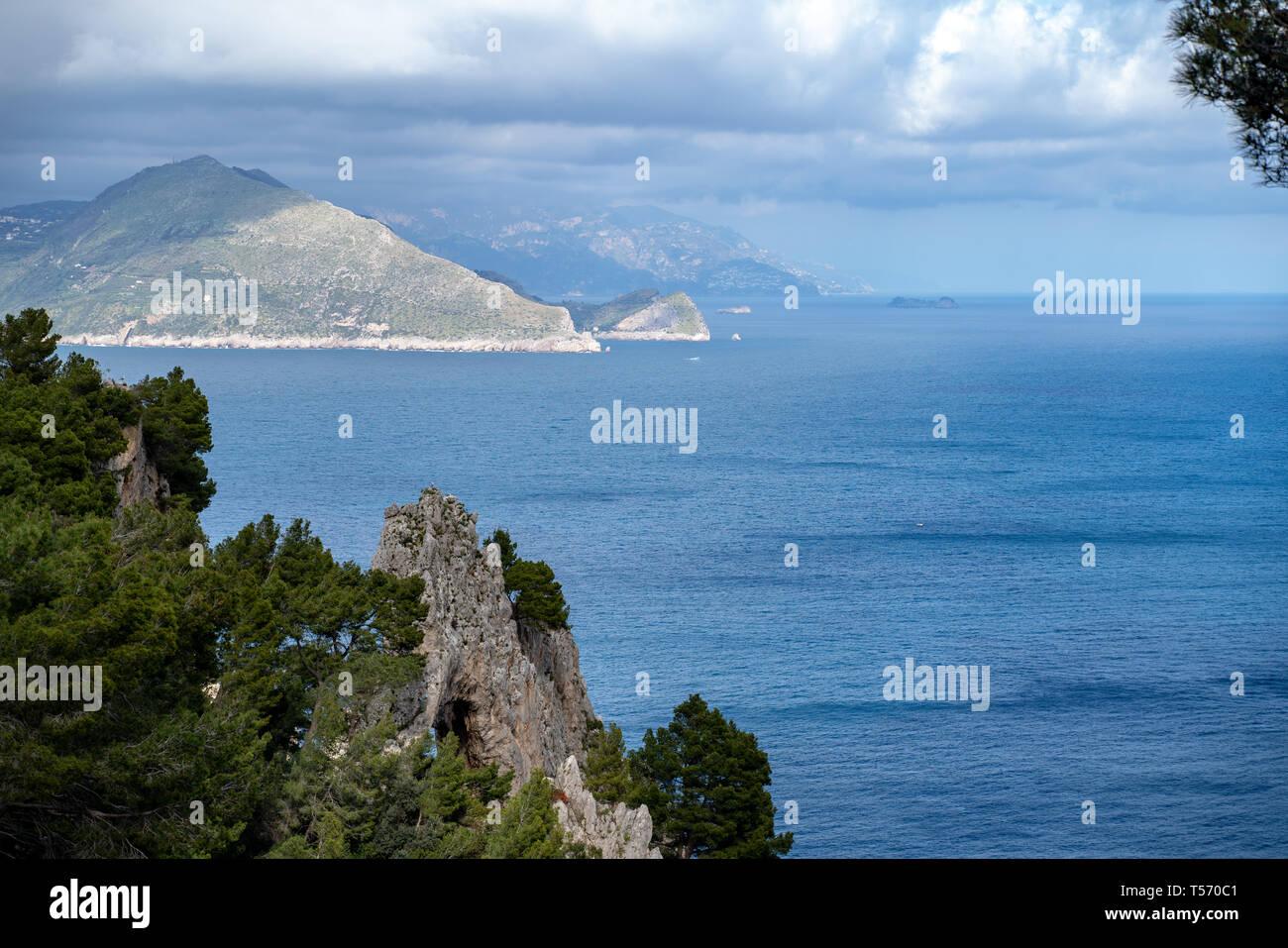 Capri, Pizzolungo, in primo piano l'Arco Naturale, sullo sfondo la penisola sorrentina. Visibili punta campanella, Nerano, i galli - Stock Image