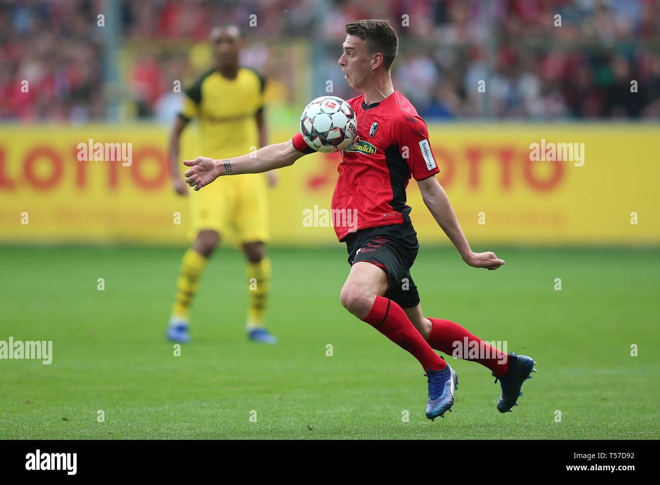 firo: 21.04.2019, football, 1.Bundesliga, season 2018/2019, SC Freiburg - Borussia Dortmund, single action, full figure,   usage worldwide - Stock Image