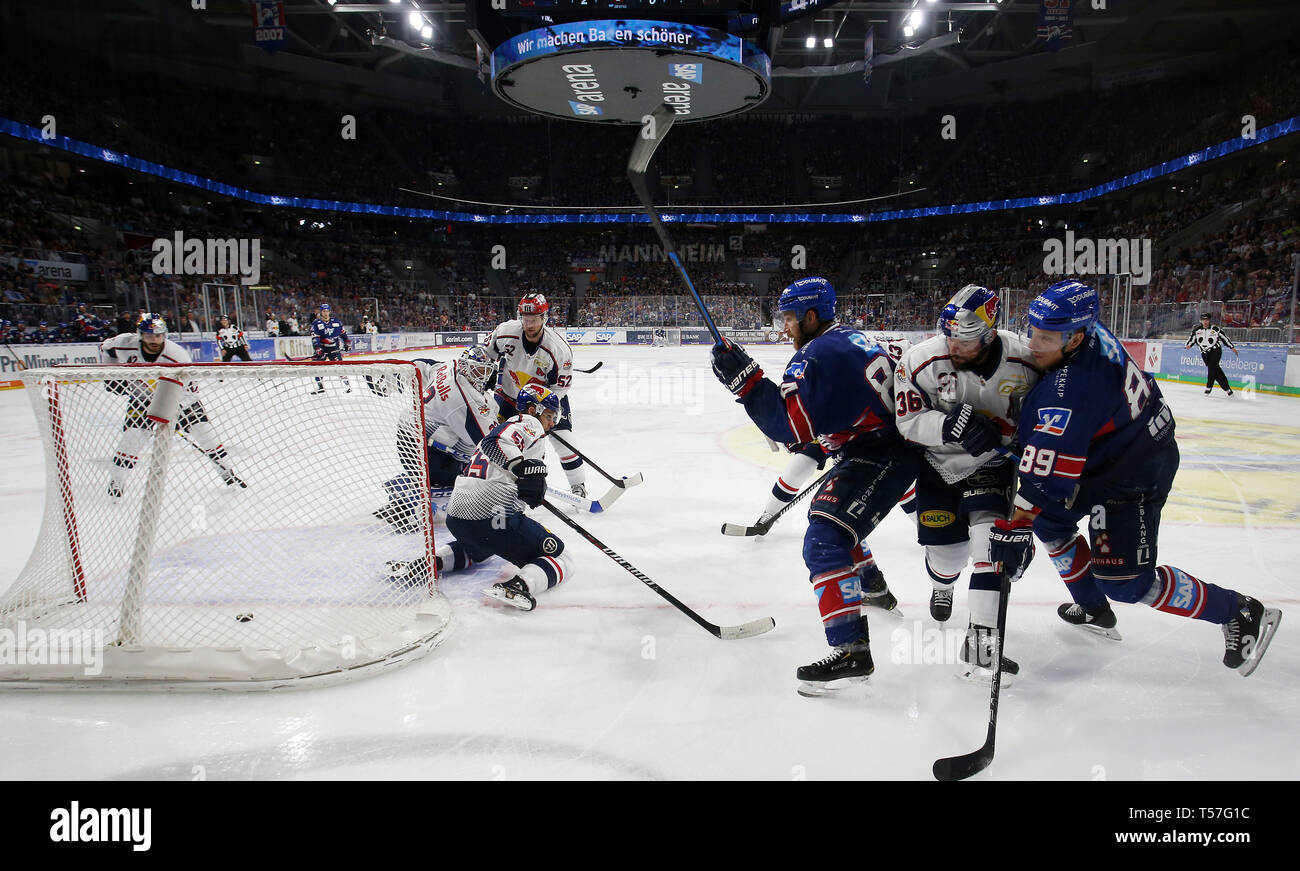 "Mannheim, Germany. 22nd Apr, 2019. Ice hockey: DEL, championship round, final, 3rd matchday: Adler Mannheim - EHC Red Bull Munich in Mannheim in the SAP-Arena. Andrew Desjardins (84, Adler Mannheim) overcomes Munich goalkeeper Danny from Birken (33, goalie, EHC RB Muenchen) and scores 3:0 for his team. (to dpa ""Heimfluch gegen München beendet - Adler Mannheim in DEL on title course"") Credit: Michael Deines/dpa/Alamy Live News Stock Photo"