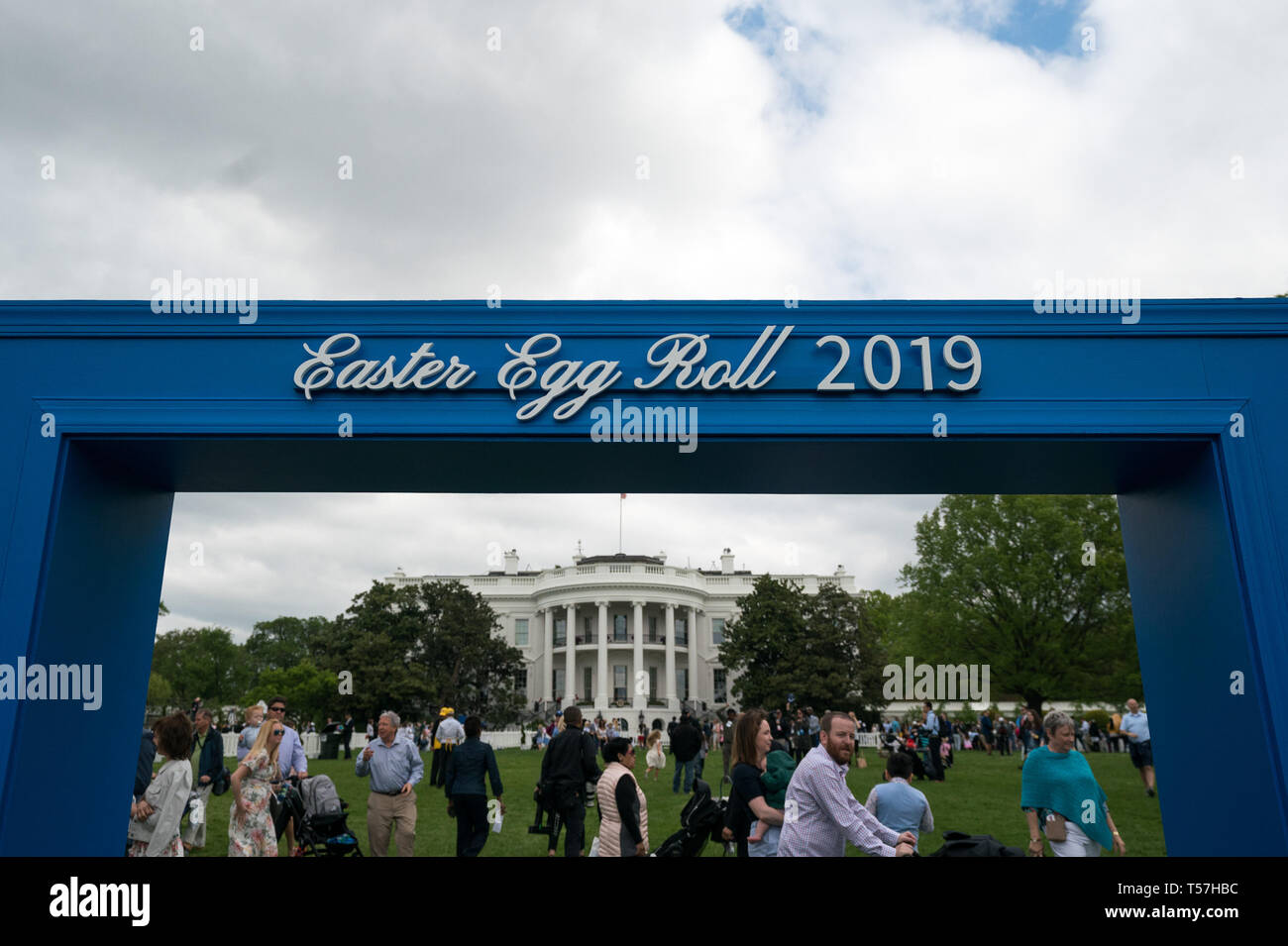 Washington, United States Of America. 22nd Apr, 2019. The White House is seen under a sign for the Easter Egg Roll, in Washington, DC on April 22, 2019. Credit: Kevin Dietsch/Pool via CNP | usage worldwide Credit: dpa/Alamy Live News - Stock Image