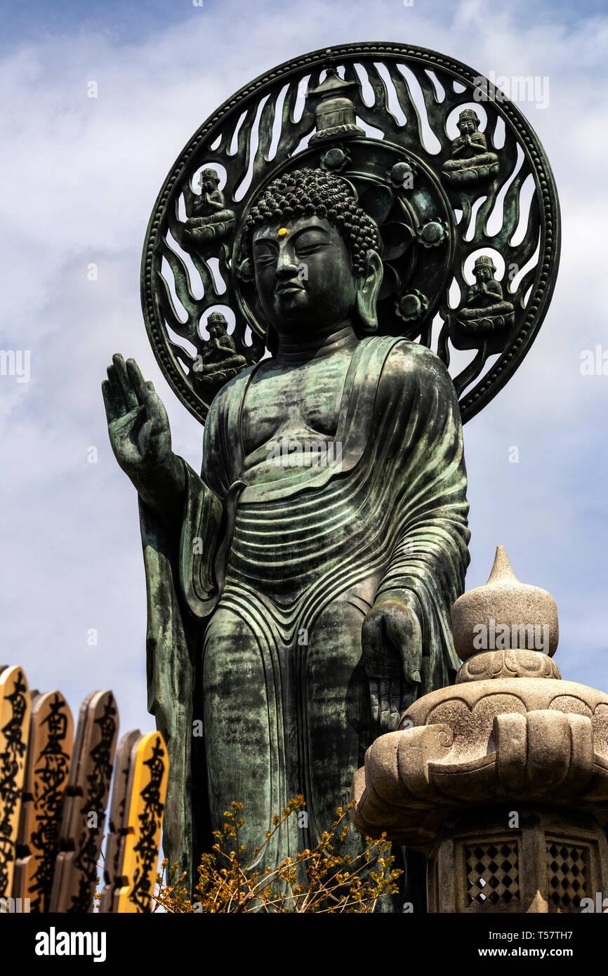 Myohoji Rotating Buddha - Myohoji is a Buddhist Temple of the Nichiren sect, most famous for its unique rotating Buddha.  This bronze Buddha is surpri - Stock Image