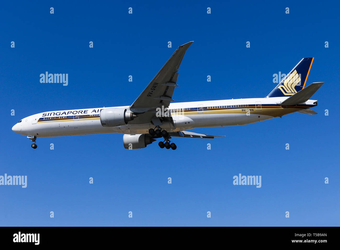 Singapore Airlines Boeing 777-300 arrives into Los Angeles airport. Stock Photo