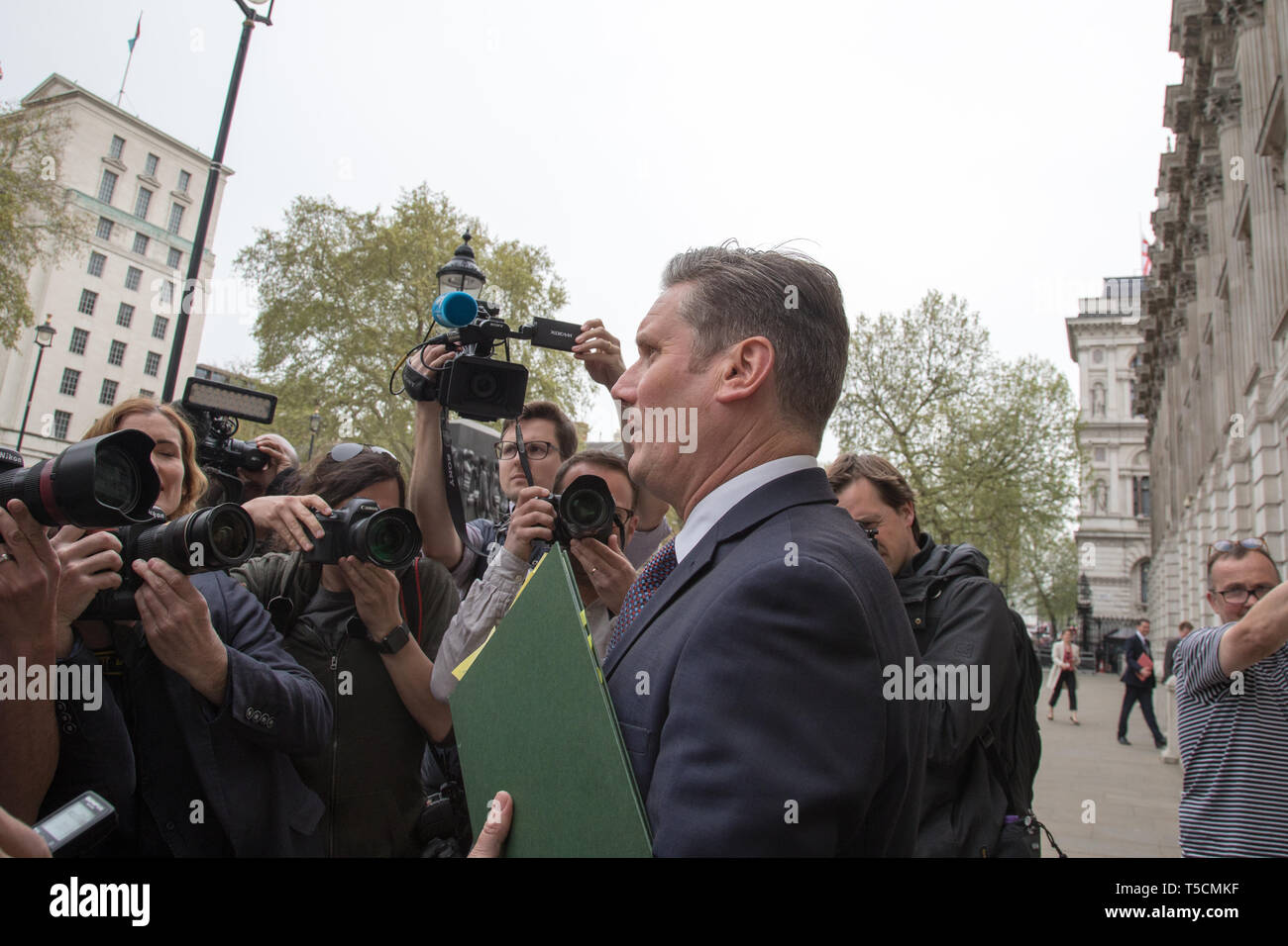 Cabinet Office, London, UK. 23 April 2019.  Keir Starmer is surrounded by the press as he walks to Cabinet Office to resume Brexit talks with the Government. Credit: Santo Basone/Alamy Live News - Stock Image