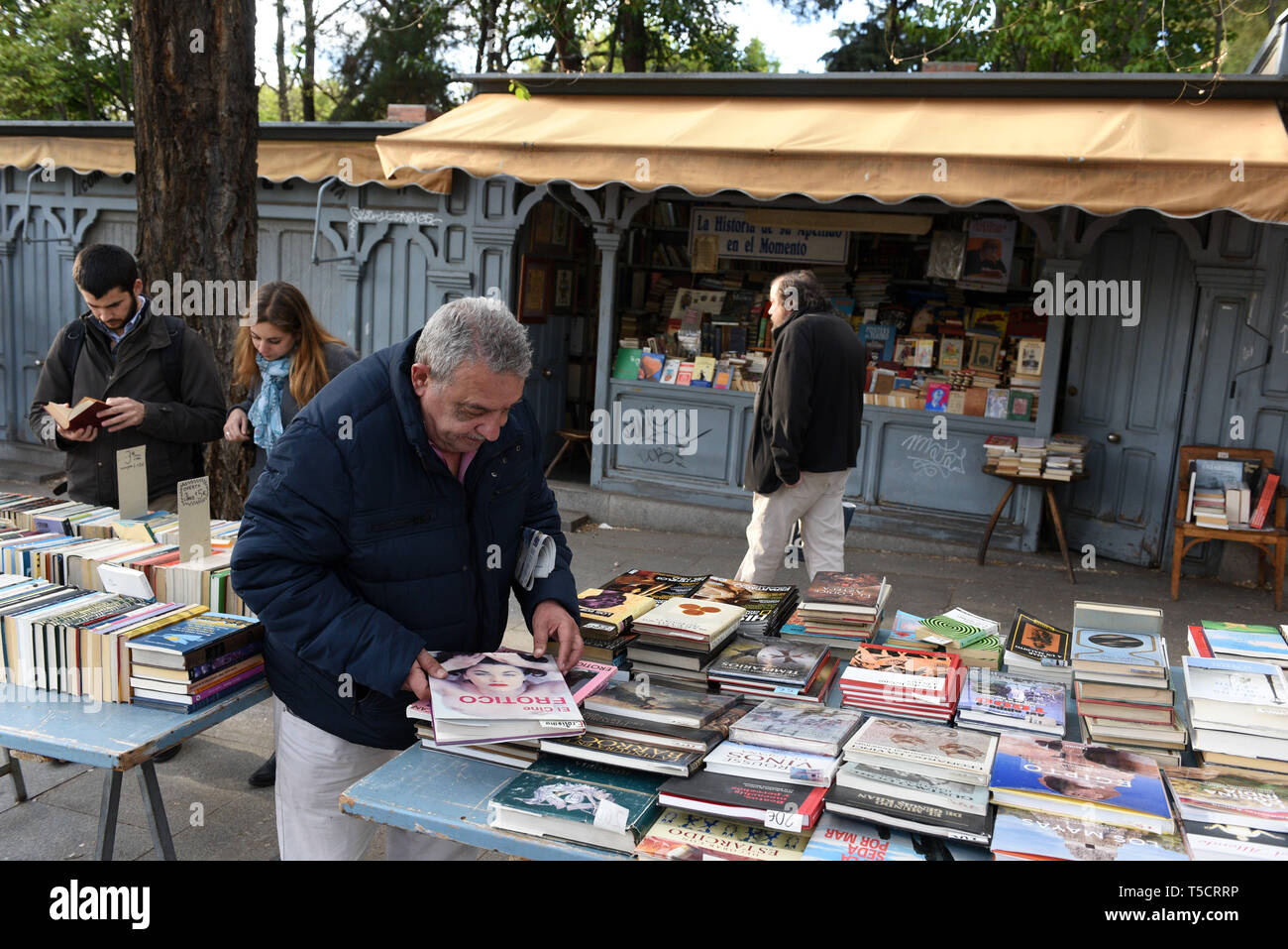 Madrid, Madrid, Spain. 23rd Apr, 2019. A man is seen reading a book at the Cuesta de Moyano street in Madrid during the World Book Day.World Book Day is celebrated all over the world. The specific date was chosen by the Spanish booksellers to honour the author Miguel de Cervantes, who died on April 22nd in 1616. Credit: John Milner/SOPA Images/ZUMA Wire/Alamy Live News Stock Photo