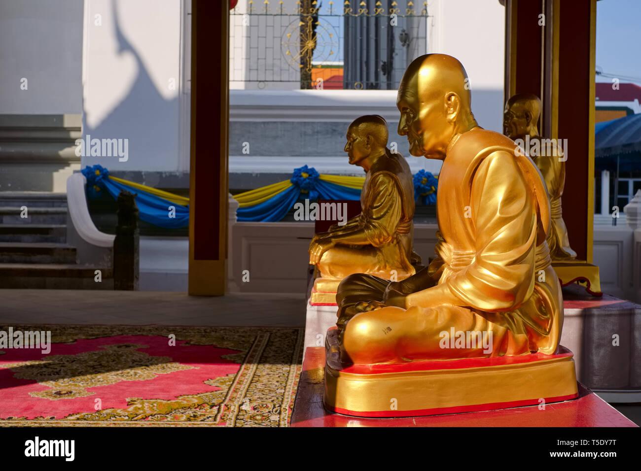 Figures of revered Buddhist monks  at Wat Kalayanimit, by the Chao Phraya River, Thonburi, Bangkok, Thailand - Stock Image