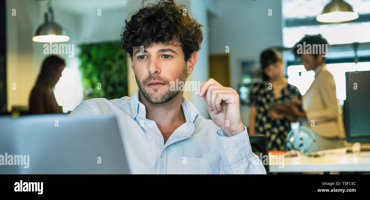 Businessman using laptop - Stock Image