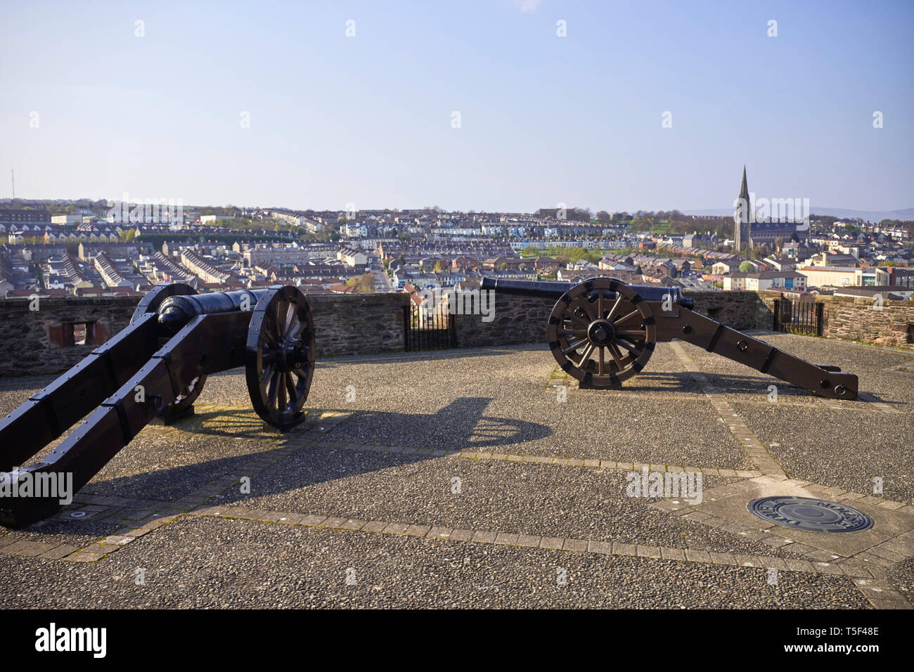 Two cannons used in the seige of Londonderry overlooking the Bogside area of the city - Stock Image