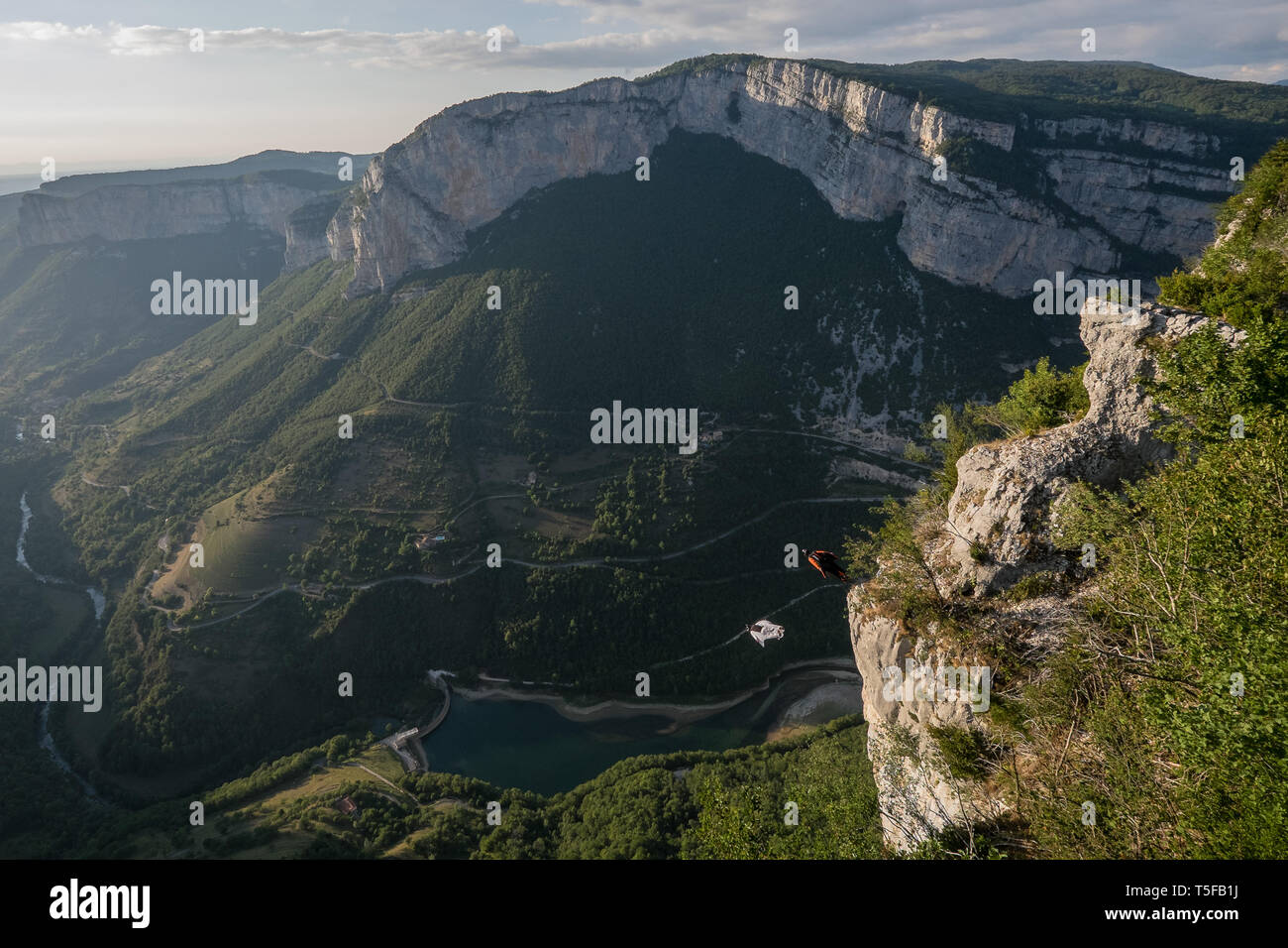 CHORANCHE, FRANCE - AUGUST 19: Two wingsuit jumpers jumping from a cliff in france, Auvergne-rhône-alpes, Choranche, France on August 19, 2015 in Choranche, France. (Photo by Fred Marie/Art in All of Us/Corbis via Getty Images) - Stock Image