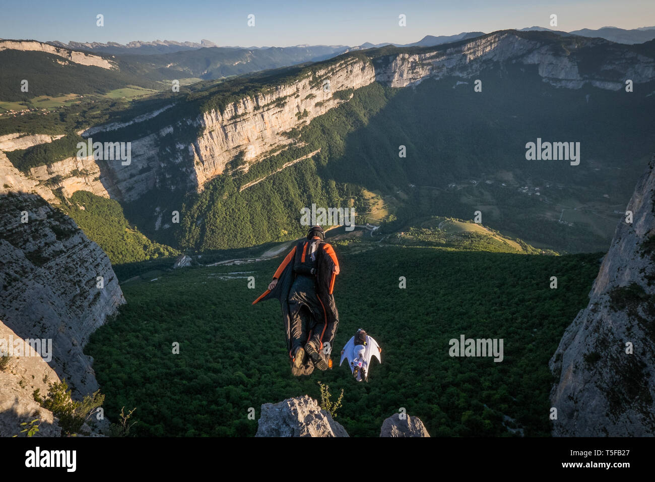 CHORANCHE, FRANCE - AUGUST 20: Two wingsuit jumpers jumping from a cliff in france, Auvergne-rhône-alpes, Choranche, France on August 20, 2015 in Choranche, France. (Photo by Fred Marie/Art in All of Us/Corbis via Getty Images) - Stock Image