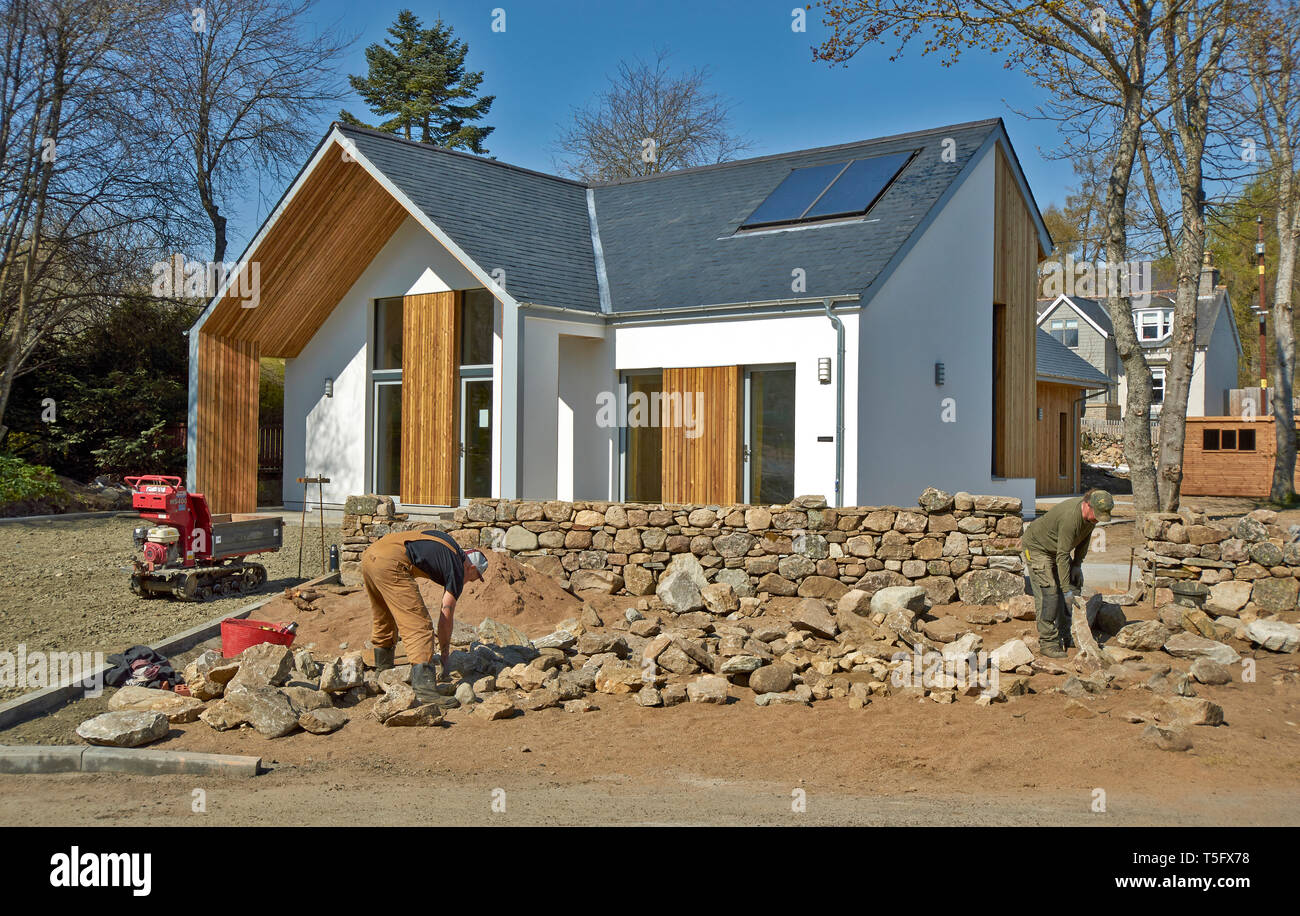 BRAEMAR ABERDEENSHIRE SCOTLAND THE FIRST PASSIVE HOUSE BUILT IN BRAEMAR WITH A SUPERB DRY STONE WALL - Stock Image