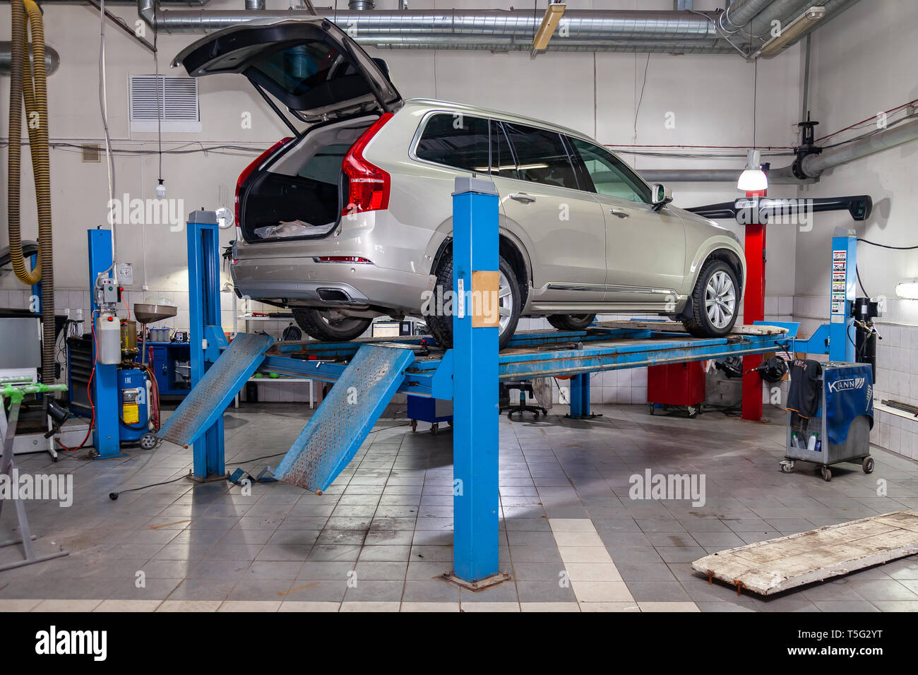 Novosibirsk, Russia - 08.01.2018: Beige used car Volvo XC90 with opened trunk stands on the stand wheel alignment convergence of the car in the worksh - Stock Image