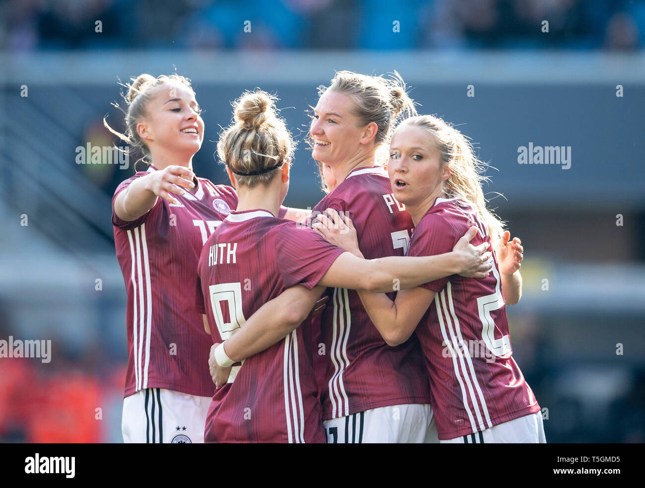 Paderborn, Deutschland. 09th Apr, 2019. jubilation GER for goalkeeper Alexandra POPP (GER/withte) after goal to 1: 1, left to right Giulia GWINN (GER), Svenja HUTH (GER), Alexandra POPP (GER), Turid KNAAK (GER) National Team Women Friendly Match, Germany (GER) - Japan (JPN) 2: 2, on 09/04/2019 in Paderborn/Germany. | Usage worldwide Credit: dpa/Alamy Live News - Stock Image