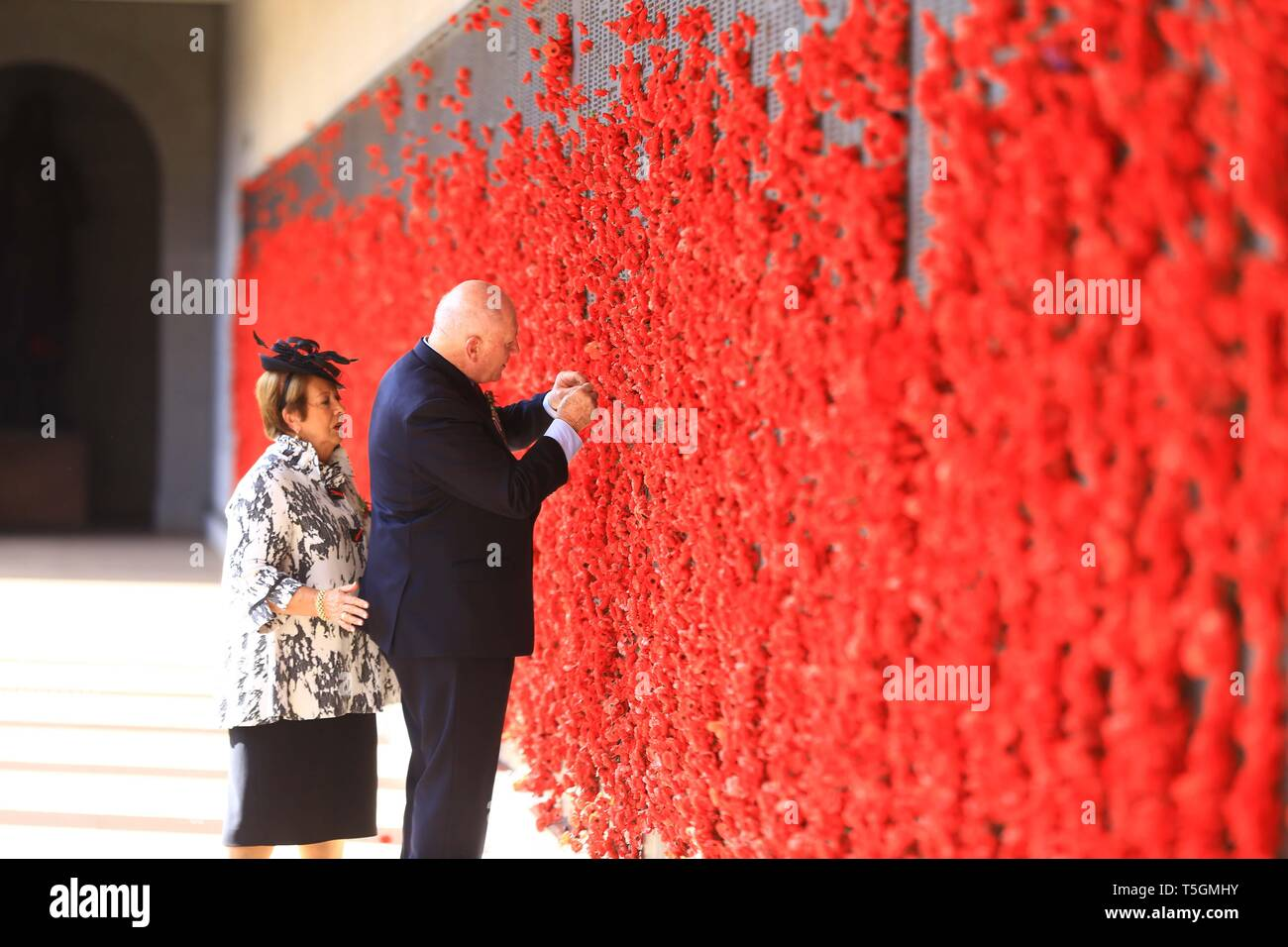 Canberra, Australia. 25th Apr, 2019. Australia's Governor-General Peter Cosgrove(R) takes part in an ANZAC Day ceremony at Australian War Memorial in Canberra, Australia, on April 25, 2019. Celebrated on April 25 every year, Anzac Day is Australia and New Zealand's national day of remembrance for the personnel who served and died in wars, conflicts and peacekeeping operations. Credit: Pan Xiangyue/Xinhua/Alamy Live News - Stock Image