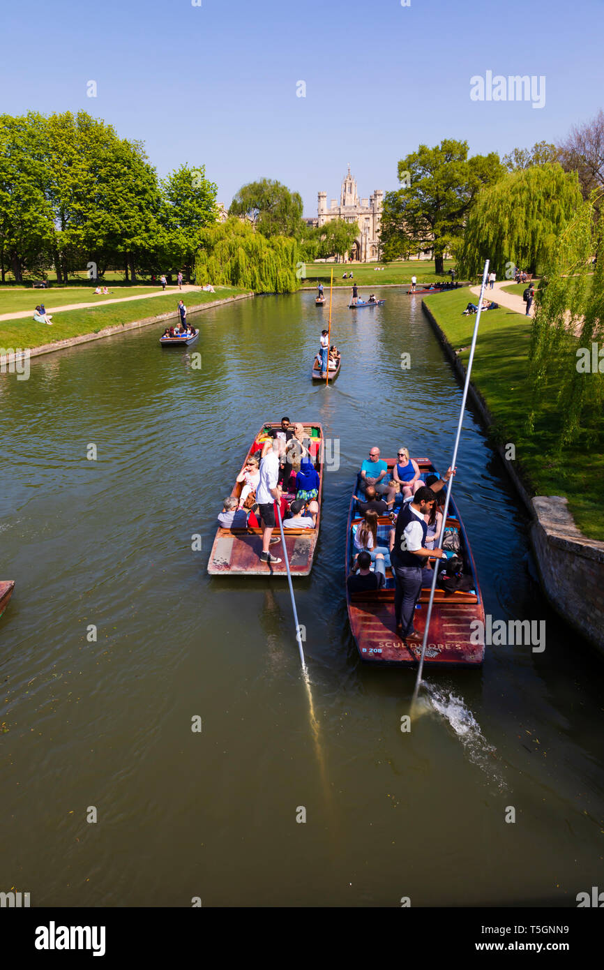 Punters on the River Cam going towards St John's College. University town of Cambridge, Cambridgeshire, England - Stock Image