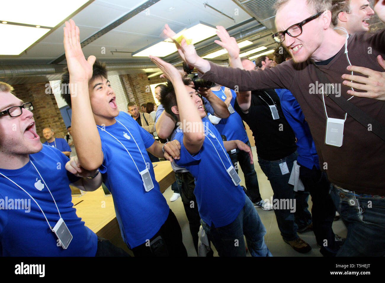 Apple opens a new store in Covent Garden, London. 7 August 2010. - Stock Image