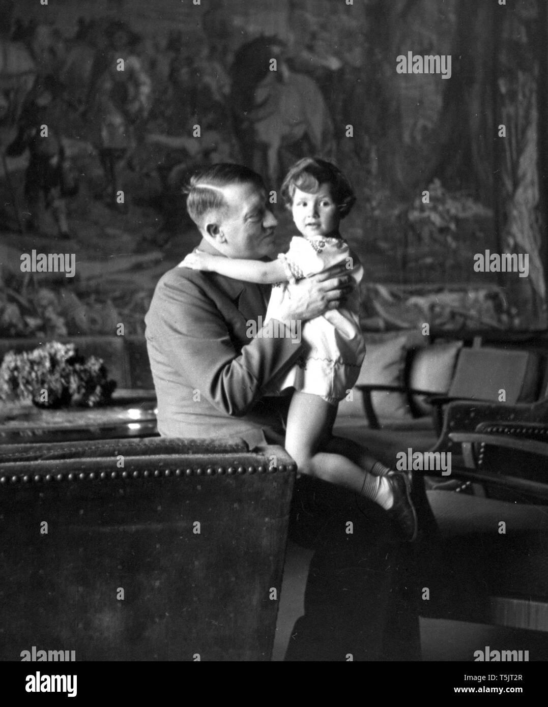 """Эти фотографии были сделаны в 1942 году в личной резиденции Гитлера """"Бергхоф"""" в баварских Альпах. """"Бергхоф"""" был построен в 1916 году и до полной перестройки под вкус Гитлера в 1936 году  это здание называлось «Дом Вахенфельд» (нем. Haus Wachenfeld). Принадлежало оно вдове коммерческого советника Винтера из Букстехуде, девичья фамилия которой была Вахенфельд."""
